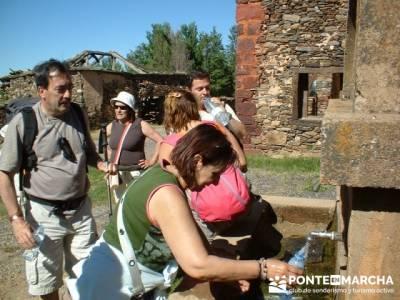 Pueblo rojo Serracín; agencias de senderismo; fin de semana senderismo